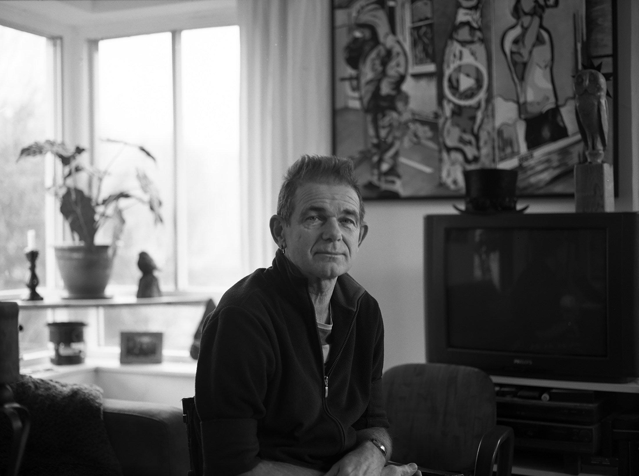 Hanz in zijn woonkamer / Hanz in his livingroom