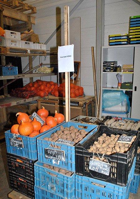 De voorraad standaard producten van het Voedselkollektief in de loods van De War. Foto door Dorothee Oorthuys, februari 2015.