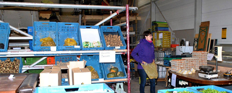 De winkel van het Voedselkollektief in uitgestalde vorm. In de wintermaanden is het aanbod geringer en de winkel kleiner dan gedurende de rest van het jaar. Foto door Dorothee Oorthuys, februari 2015.